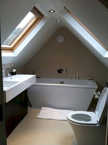 Tetútéri fürdőszoba a sátortető alatt