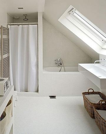 Zuhanyzós kádas tetőtéri fürdőszoba ötlet