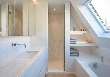 Tetőtéri kádas zuhanyzós fürdőszoba