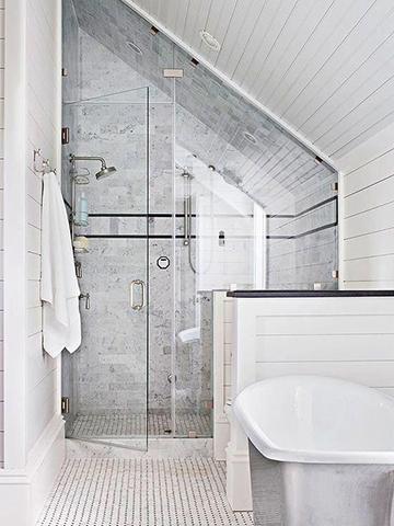 Minimál tetőtéri fürdőszoba ötlet
