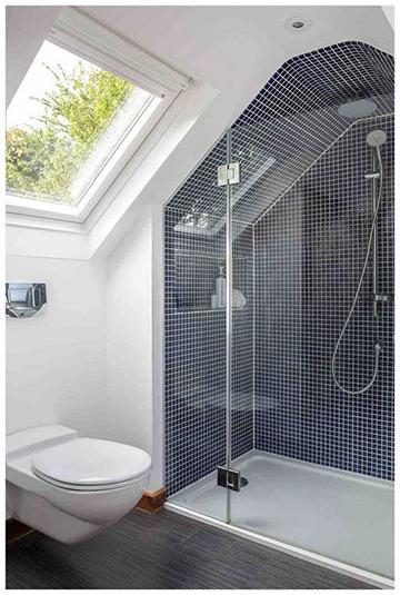 Tetőtéri fürdőszoba zuhanyzós
