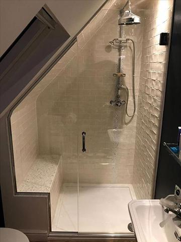 Tetőtéri zuhanyzós fürdőszoba ülőrésszel