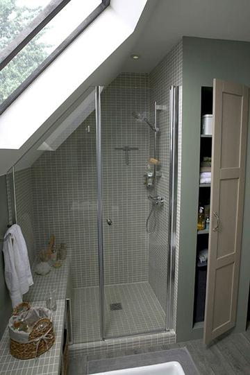 Tetőtéri zuhanyzós fürdőszoba beépített szekrénnyel